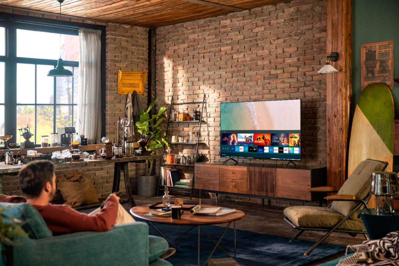 Samsung Crystal TU 7000 series UHD TV Lifestyle Image.5